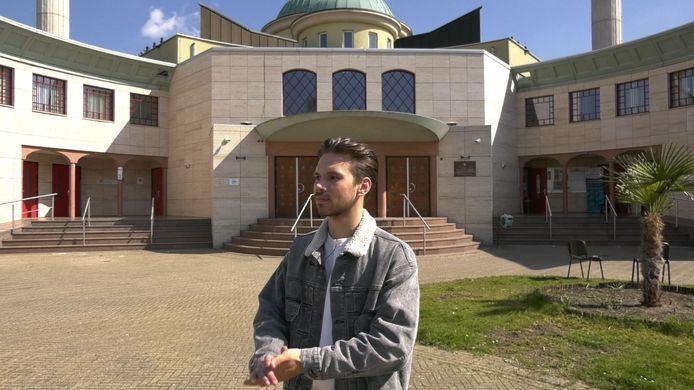 Jessy Ray voor de moskee in Tilburg.