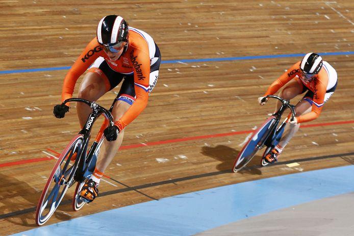 Shanne Braspennincx en Elis Ligtlee tijdens de teamsprint op het EK baanwielrennen in 2013 in Apeldoorn.