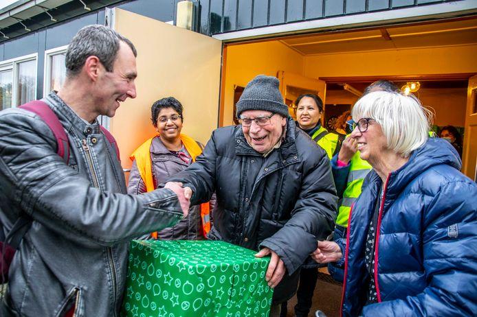 Gerrit Poels deelt voor laatste keer kerstpakketten uit.
