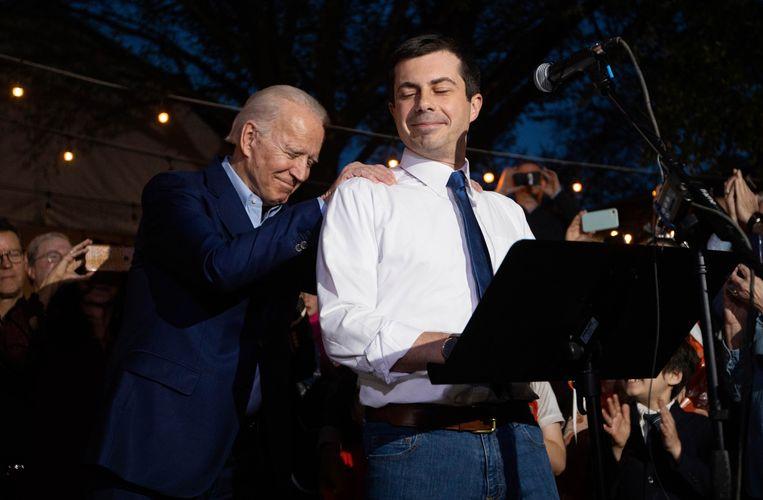 Buttigieg en Biden delen een moment tijdens de rally in Texas, waarbij Buttigieg zijn steun voor de oud-vicepresident uitsprak. Beeld AP