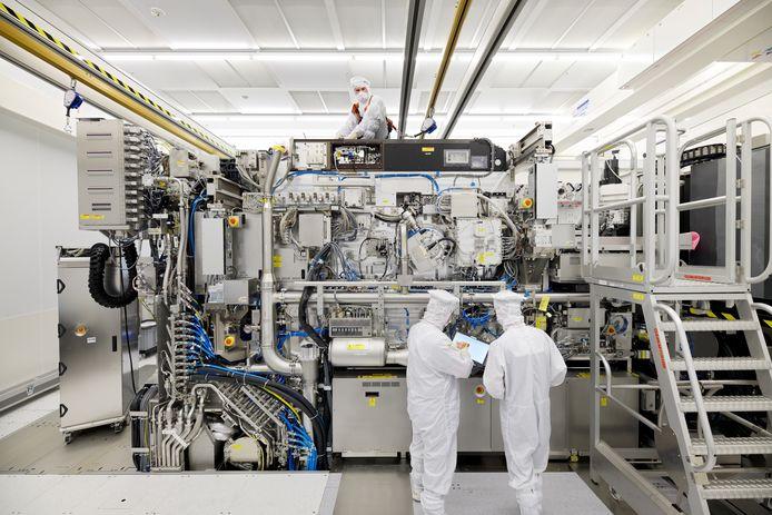 Een EUV machine van ASML in opbouw.