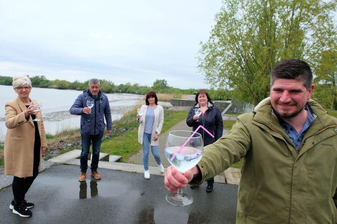 Jonathan Van Hemelrijk en zijn team van  toneelgroep Thaleia klinken op hun nieuwe gin.