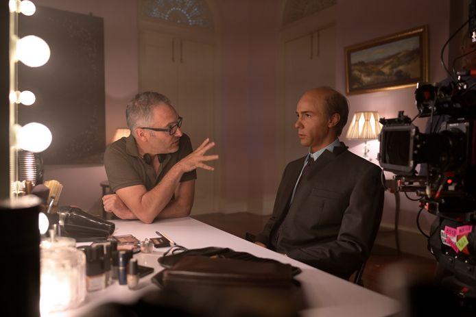 Regisseur Hans Herbots geeft  aanwijzingen aan Tahar Rahim, die de rol van seriemoordenaar Charles Sobhraj speelt.