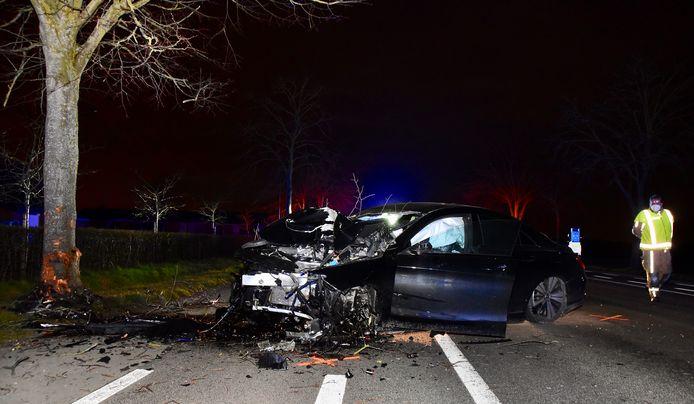 Door de klap tegen een boom brak het linkervoorwiel af van de Mercedes.