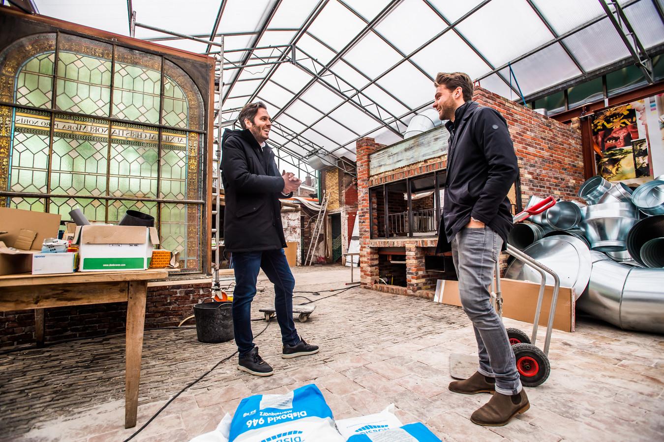 Ivan Freij (links) en Olivier Luttmer in de kas van Foodhall Arnhem.