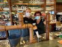 Joël Springael (links) en Conny Vissers (rechts) van het Zoerselse café ROCKS The Vintage Lounge