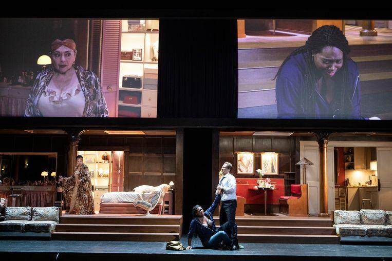 Twee Tosca's op de bühne en twee op de video's erboven. Links Catherine Malfitano, rechts Angel Blue.  Beeld Jean-Louis Fernandez