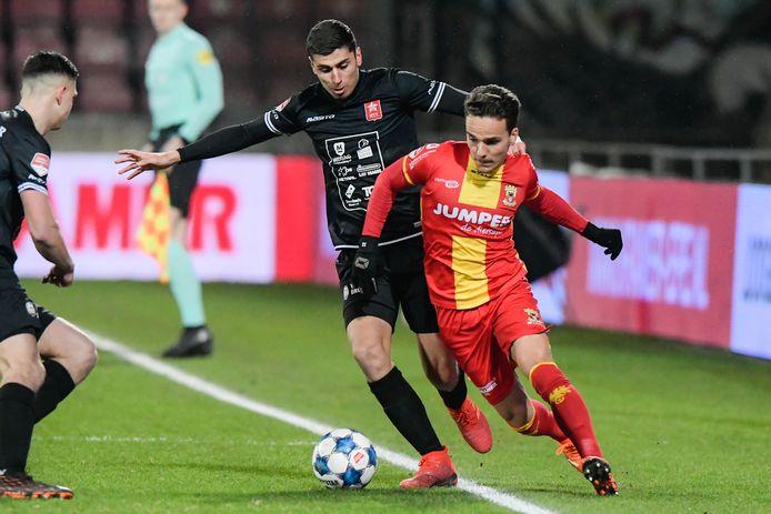Bradly van Hoeven duelleert met Koen Kostons van MVV.