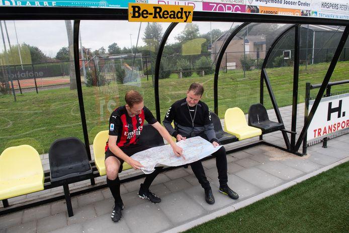 Be Ready-trainer Eugene van der Heijden en speler Bart Dirven kijken op de landkaart waar ze allemaal heen moeten tijdens de competitie.