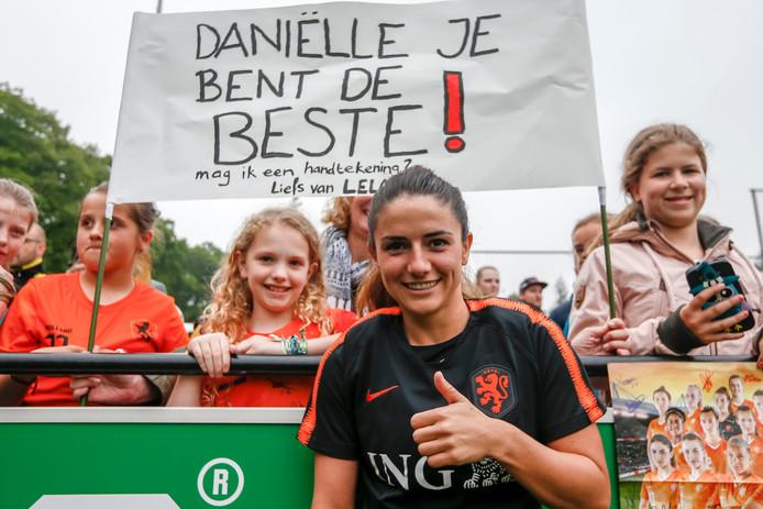 Daniëlle van de Donk bedankt fans die naar de open training op de KNVB Campus zijn gekomen.
