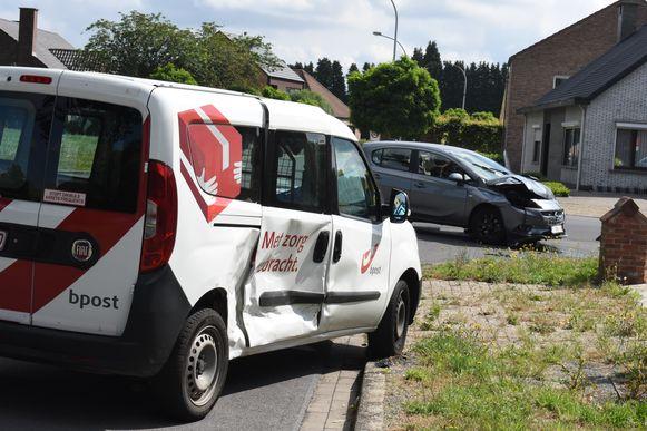 De postauto werd in de flank gegrepen op het kruispunt van Biesakker met de Vredelaan.