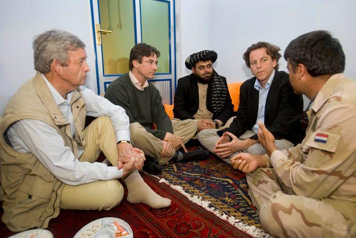 De ministers Van Middelkoop (links), Verhagen (midden) en Koenders in 2007 tijdens hun bezoek bij gouverneur Munib van Uruzgan in Deh Rawood.