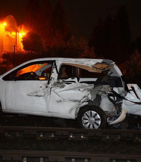 Trein ramt auto op spoorwegovergang in Rijen, bestuurder is spoorloos