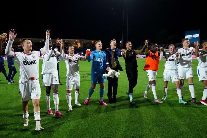 Louis van Gaal viert met zijn spelers mee.