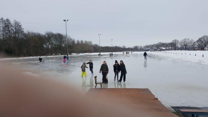 Schaatsers in Hengelo, aan het eind van maandagmorgen.