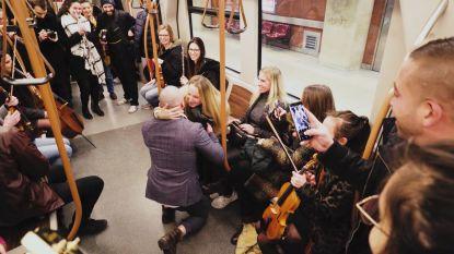 """Jérémy trekt met heel orkest de metro op voor huwelijksaanzoek: """"Manier waarop je het vraagt, is belangrijker dan de ring zelf"""""""
