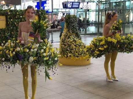 Bloemendames poseren in de hal van Utrecht CS