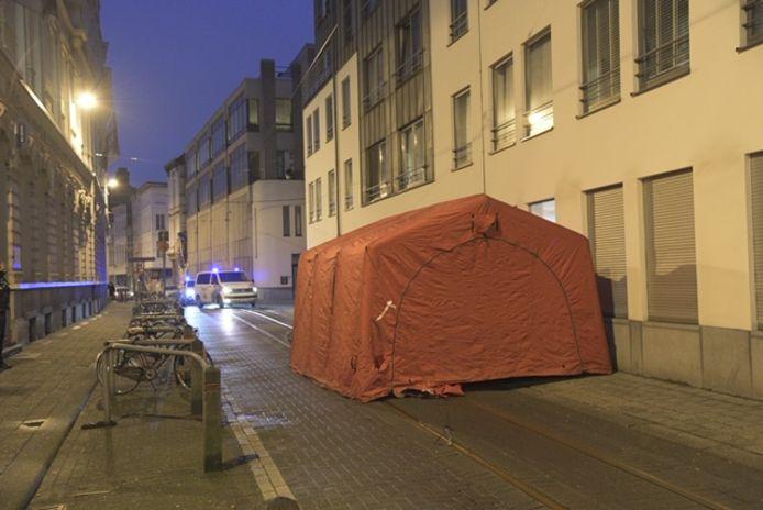 De tent blokkeerde een groot deel van de straat gedurende de hele ochtend.