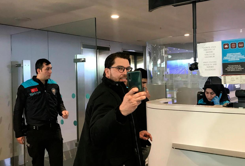 Jimmie Akesson maakt een selfie op het vliegveld van Istanbul. Beeld AP