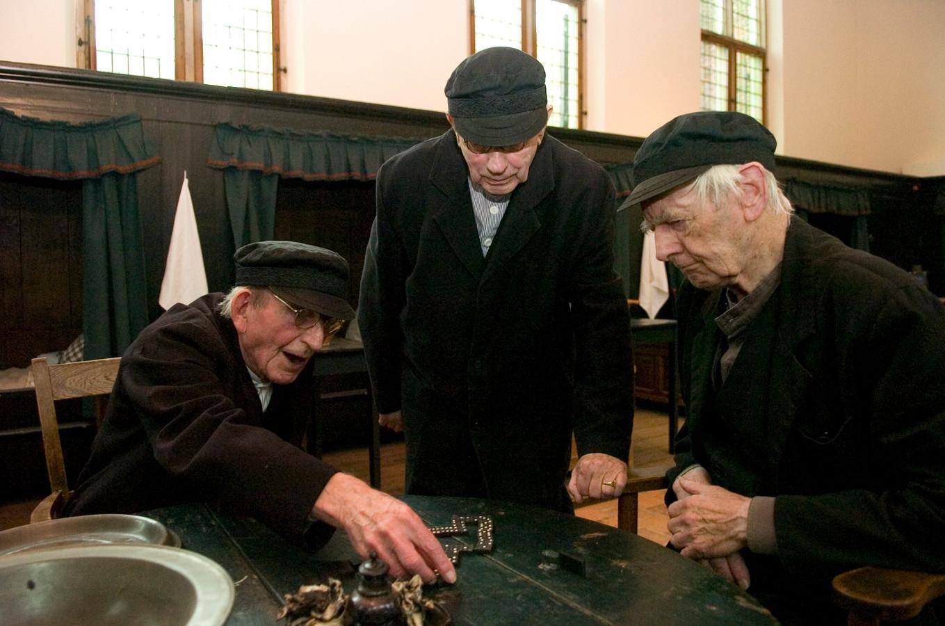 Vrijwilligers tijdens hun rollenspel in de Mannenzaal.