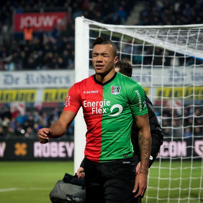 Jay-Roy Grot verlaat geblesseerd het veld in de wedstrijd tegen PEC Zwolle.