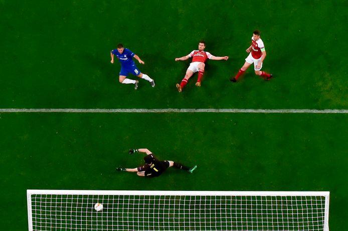Beeld van bovenaf: Eden Hazard (links) scoort namens Chelsea in de met 4-1 gewonnen Europa League-finale tegen land- én stadgenoot Arsenal.