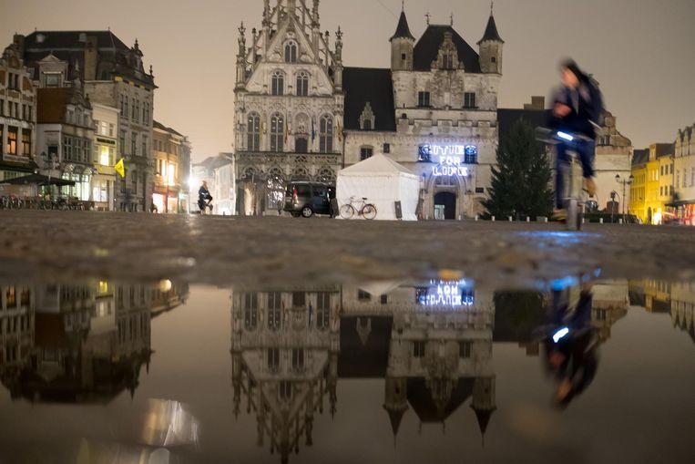 Cities For Life stond gisteravond op de gevel van het stadhuis te lezen.