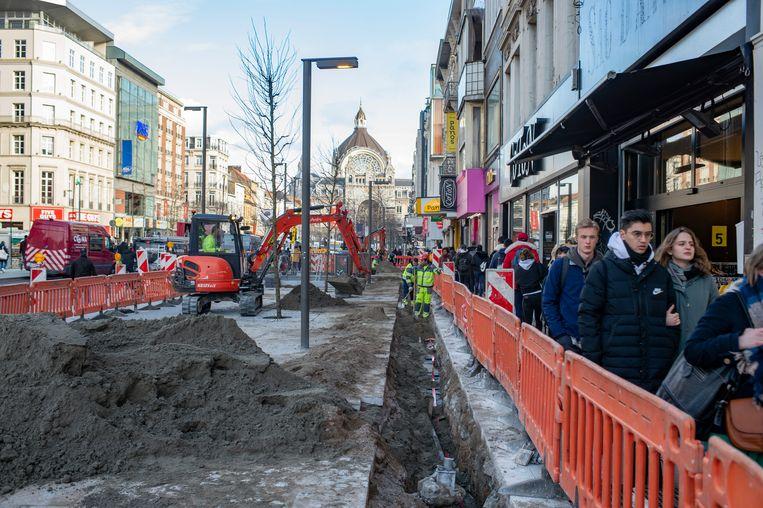Fluvius ontdekte dat 70 meter kabel verdwenen is en moet daarom het nieuwe voetpad opnieuw openbreken.