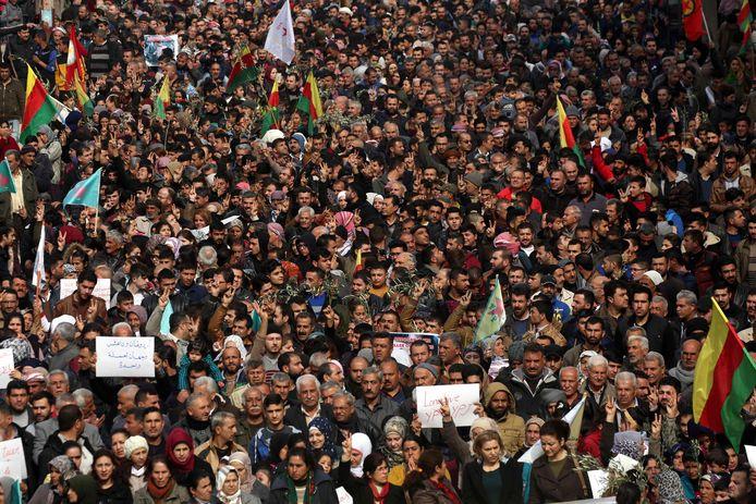 Syrische Koerden betoogden gisteren in Afrin tegen de Turkse inval in hun regio.