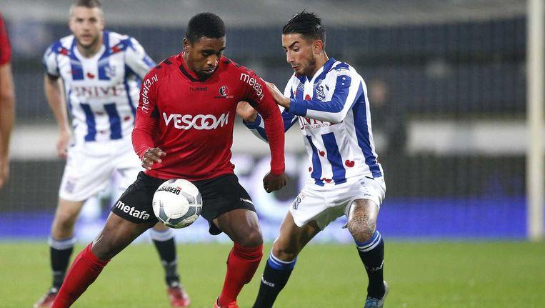 Helmond Sport-speler Gyrano Kerk (L) met SC Heerenveen-speler Caner Cavlan (R). Beeld ANP