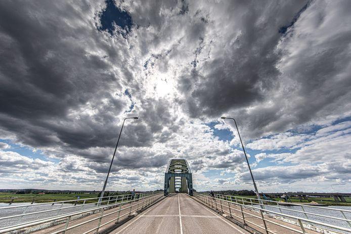 ,,Ik houd van de lijnen, het handwerk. De nagels in het metaal'', zegt Lammie, die de brug fotografeert.