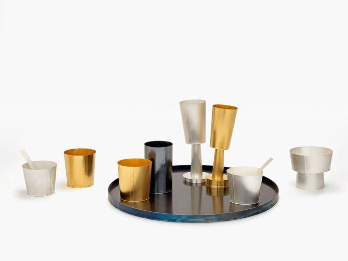 De eerste prijs, ook bekend als de Ebbe Weiss-Weingart prijs, reikt de jury uit aan Juliane Schölß (°1977) die hen overtuigt met een groep bekers gemaakt in verschillende kleuren metaal en formaten.