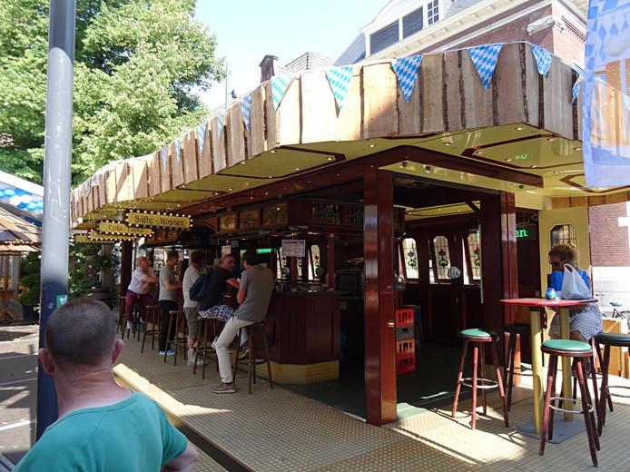 De cocktailbar omgebouwd als Duitse bar tijdens de kermis op het Kerkplein in Den Bosch.