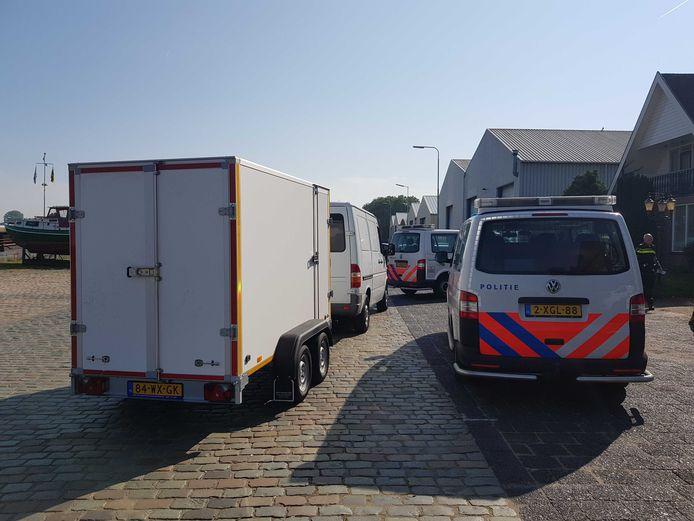Politie bij de woning in Kampen waar een inval werd gedaan.