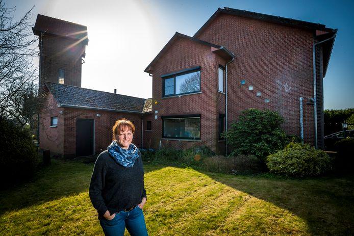 Nicole Snoek woont met haar gezin in België. ,,In Nederland woonden we in een rijtjeshuis, hier in een vrijstaande woning met een flinke tuin.''