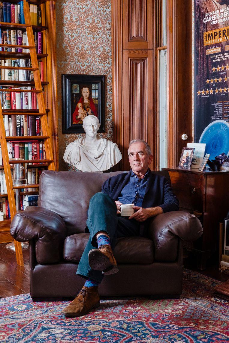Schrijver Robert Harris in zijn werkkamer. Beeld Carlotta Cardana