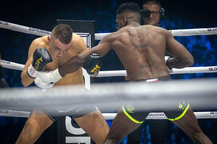 Murthel Groenhart(R) wint met een technische knockout van Mohammed Jaraya(L).