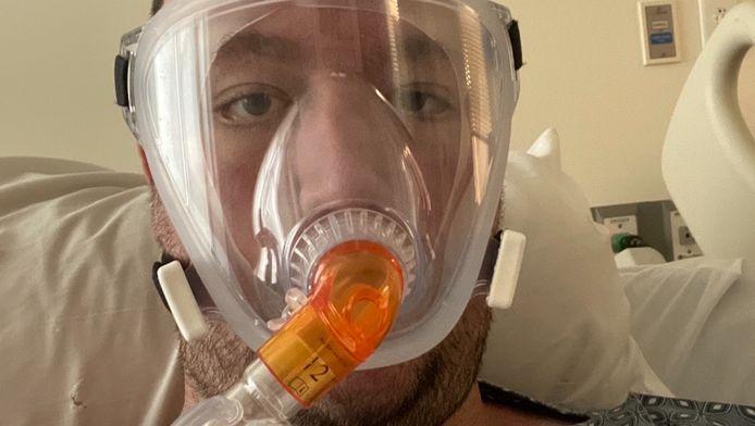 Mike in het ziekenhuis.