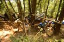 Amerikaanse militairen zoeken in de jungle naar gesneuvelde militairen uit de Vietnamoorlog.