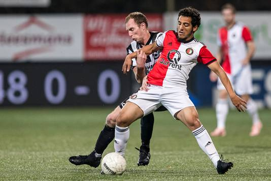 Dennis Groen namens Gemert in duel met Yassin Ayoub.