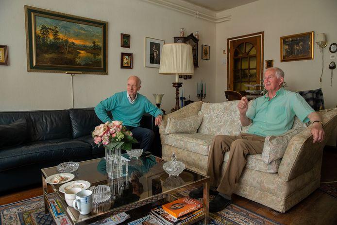 Tini van Reeken (rechts) en Wimke Meijers (links), voormalig ploeggenoten bij NEC, halen thuis bij Van Reeken in de Nijmeegse binnenstad herinneringen op.
