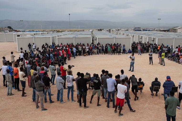 Vakbondsleider Aboubakar Soumahoro spreekt in de Gran Ghetto di Rignano, waar migranten die seizoenswerk doen  overwegen te staken tegen een nieuwe Italiaanse noodwet.  Beeld Giulio Piscitelli