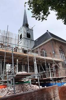 De kerktoren van Meerkerk staat tijdelijk 'op palen' tijdens de verbouwing