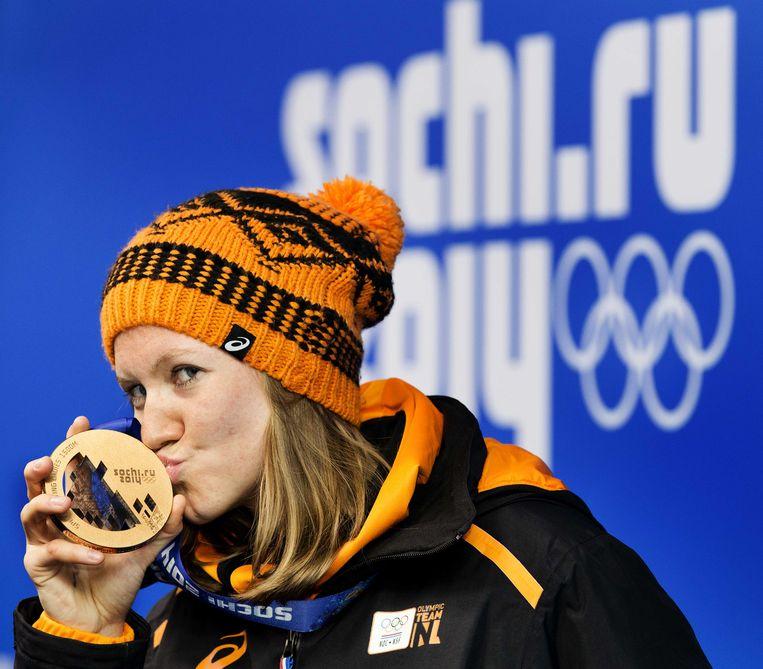 2014-02-17 SOTSJI - Lotte van Beek met haar bronzen medaille voor de 1500 meter op Medal Plaza tijdens de Olympische Winterspelen. ANP JERRY LAMPEN Beeld ANP