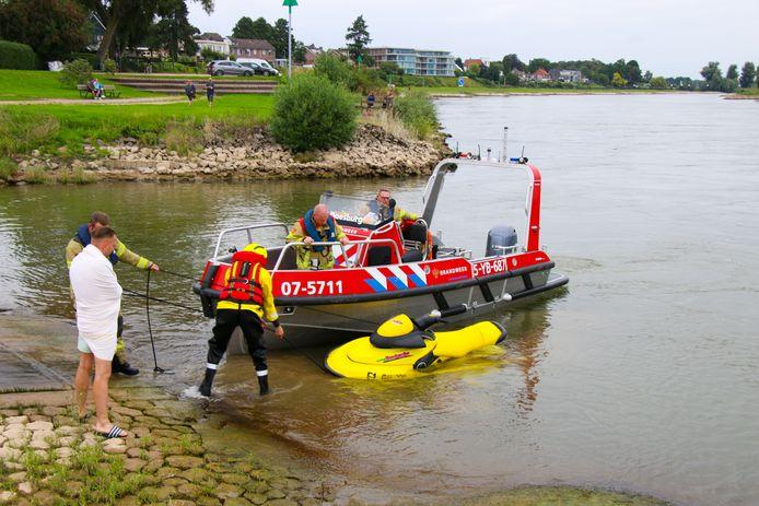 De gezonken waterscooter in de IJssel bij Brummen.