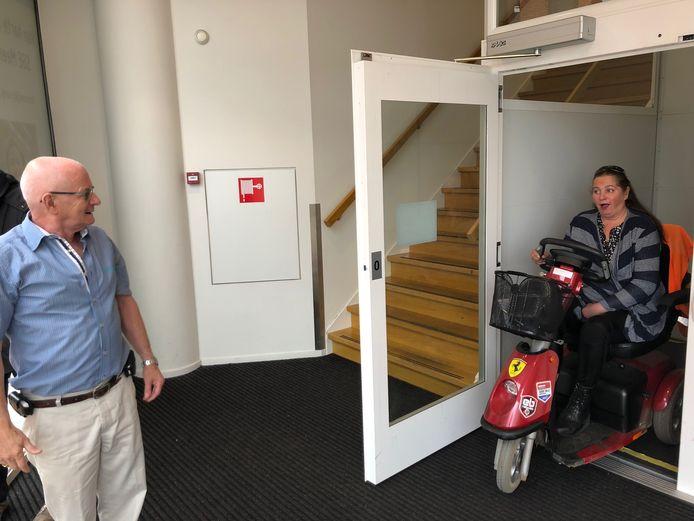 Tini Greveraars en een bezoekster bij de lift van gezondheidscentrum Meerhoven in Eindhoven die regelmatig niet goed werkt.