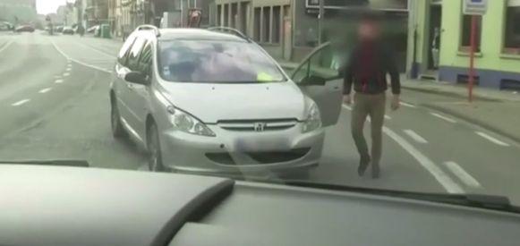 Een groep mannen omsingelde de cameraploeg en nam een dreigende houding aan.