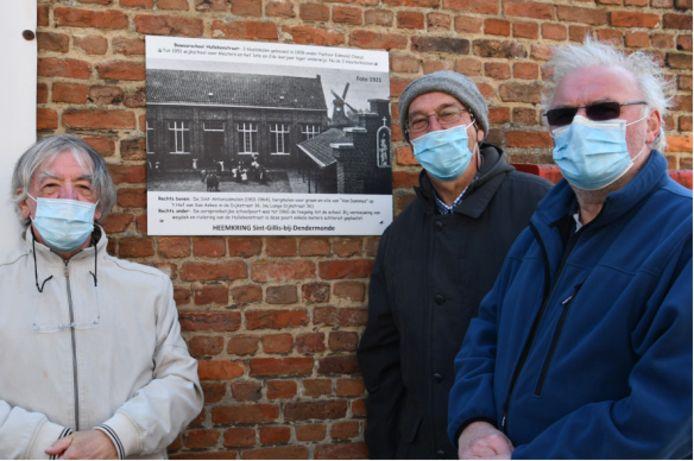 Leden van heemkring Marcel Bovyn hebben al een eerste postkaart aangebracht.