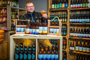 Richard de Jong verkoopt Westlander Bier vanuit de winkel in 's Gravenzande. Hij is samen met Jan de Leeuw eigenaar.