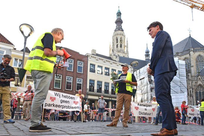Actieleider Peter Elbertse overhandigt een petitie tegen betaald parkeren in wijk Zandberg aan burgemeester Paul Depla.